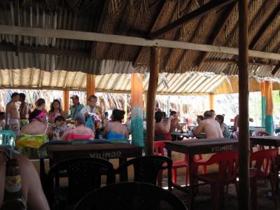 Familien und Verkäufer im Restaurant am Playa Grande bei Taganga