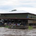 Schwimmende Einkaufscenter auf dem Amazonas bei Santa Rosa Peru