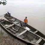 Szene mit Booten am Ufer des Amazonas in Peru bei Santa Rosa