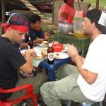 Brotzeit am Ufer des Amazonas in Peru bei Santa Rosa