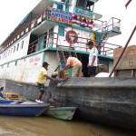 Beladen eines Schiffes nach Iquitos am Ufer des Amazonas in Peru bei Santa Rosa