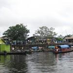 Pfahlbauten am Ufer des Amazonas in Kolumbien bei Leticia